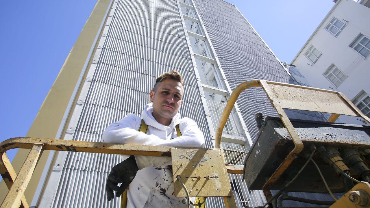 En la imagen, el artista madrileño Sfhir, delante del edificio de ocho pisos en el que pintará una Menina de gran formato