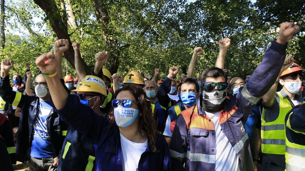 Protesta de los trabajadores de Alcoa ante el Parlamento de Galicia.El diputado del PP Pedro Puy dialoga con el líder del PSdeG, Gonzalo Caballero