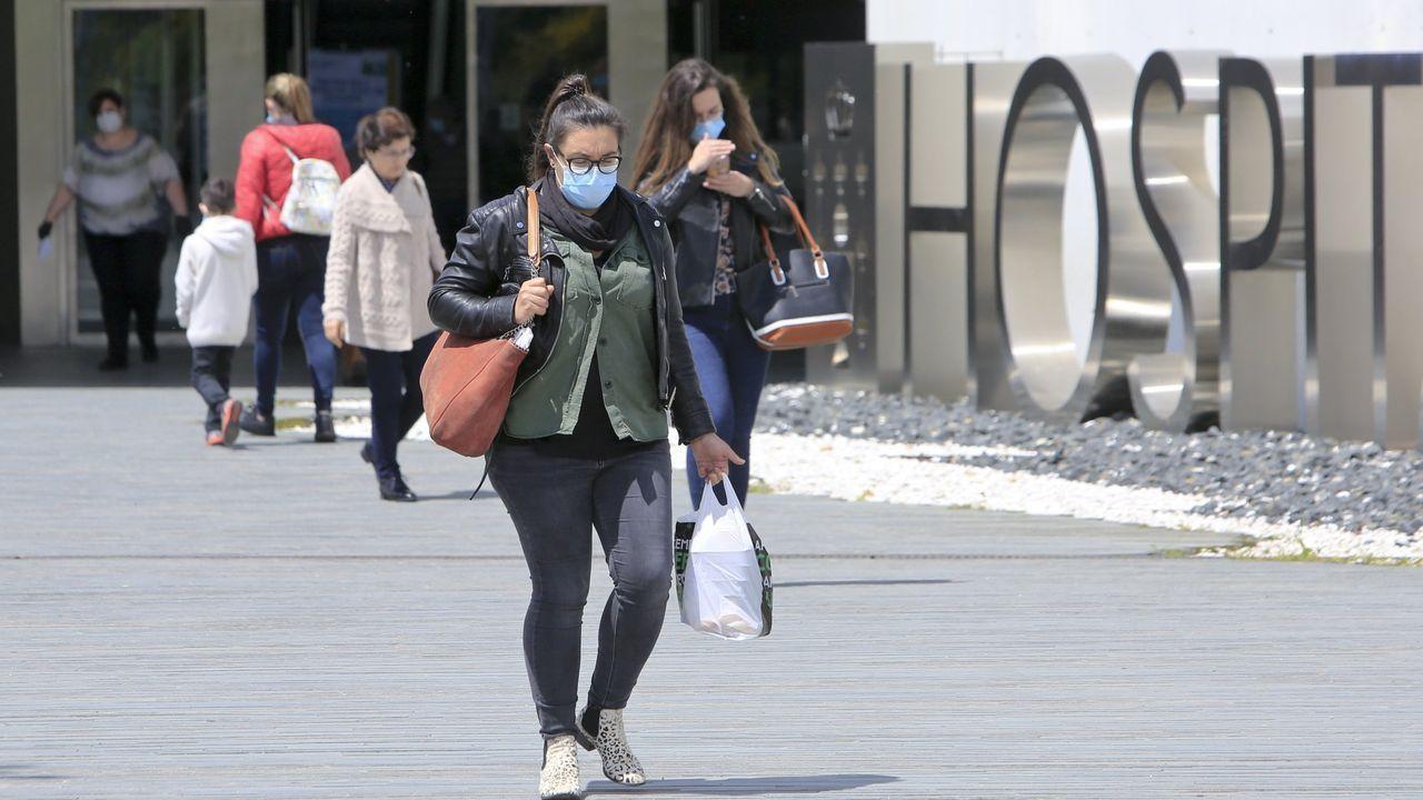 Personas con mascarilla en la entrada del HULA