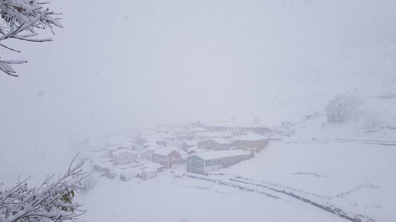 El pueblo de Pajares amanecía cubierto por la nieve dejando esta bonita postal