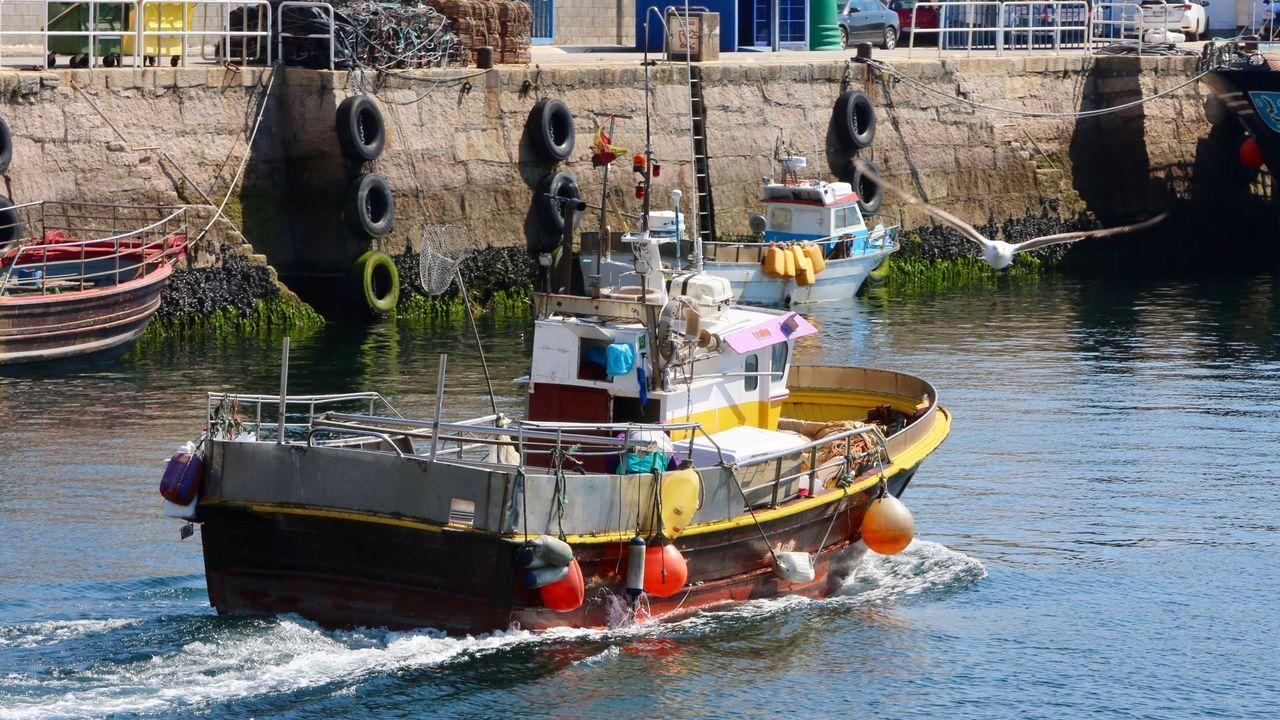 Un pesquero en el puerto de Cangas, a finales de abril