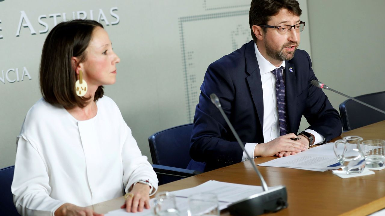 Gobierno del Principado .El consejero de Industria, Empleo y Promoción Económica, Enrique Fernández (d) y la portavoz del Gobierno asturiano, Melania Álvarez, tras el Consejo de Gobierno del Principado