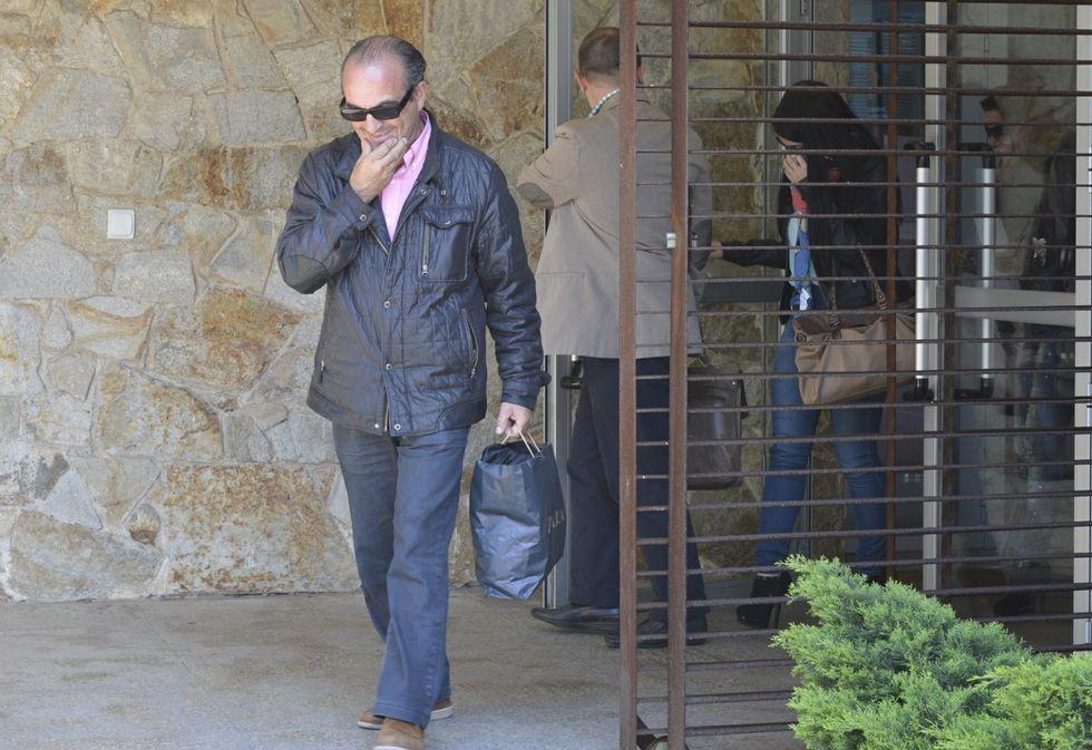 Mario Conde sale de prisión tras pagar la fianza de 300.000 euros.El empresario Manuel Maceiras Hermida a la salida del juzgado de Corcubión en abril del 2013.