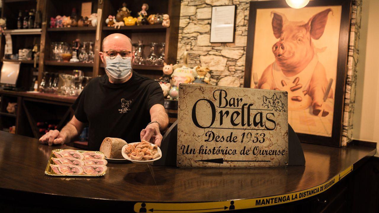 martin.José Manuel Iglesias, con una tapa de orella y de lacón prensado relleno de grelos y chorizo