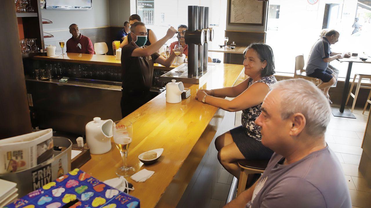 La barra de un bar esta mañana en Boiro. La apertura de las barras es una de las novedades de esta fase 3