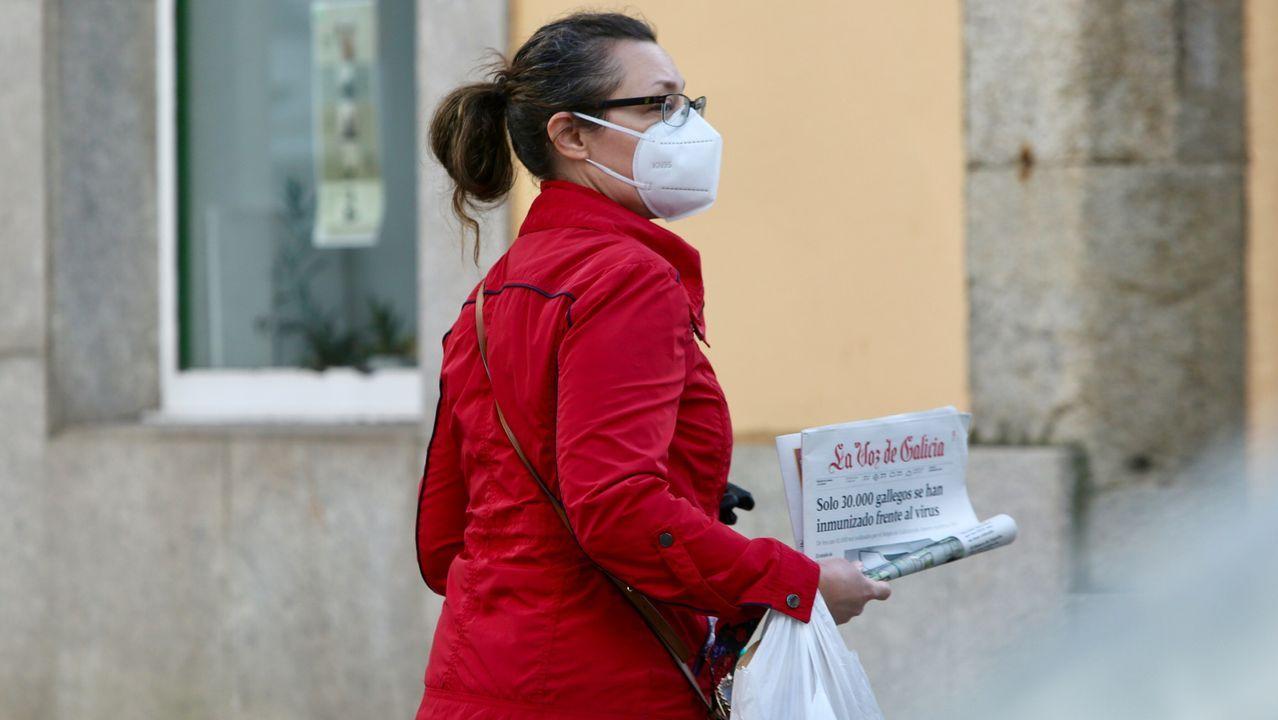 Personas con masacarilla por las calles de Ferrol