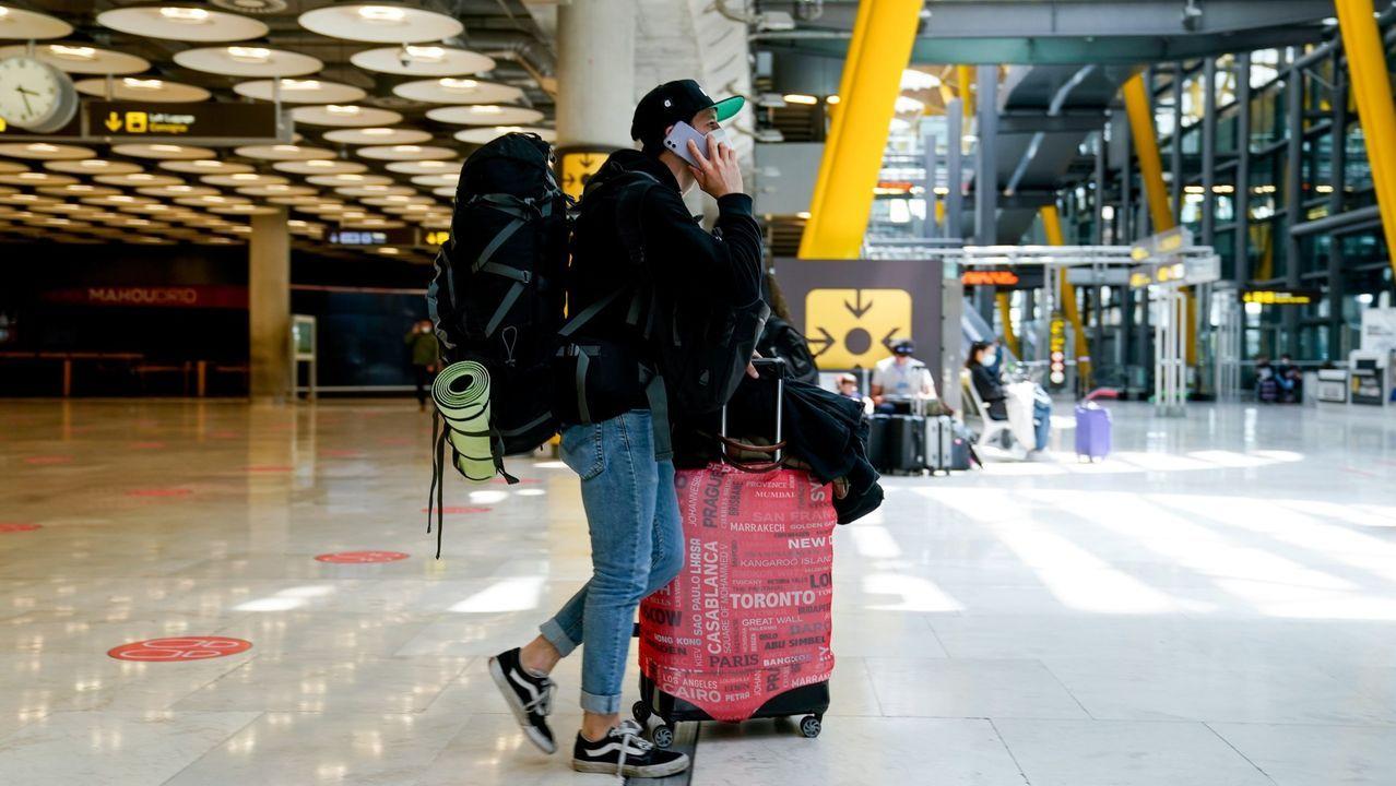 Un chico con su equipaje en la T4 del aeropuerto Adolfo Suárez, Madrid-Barajas
