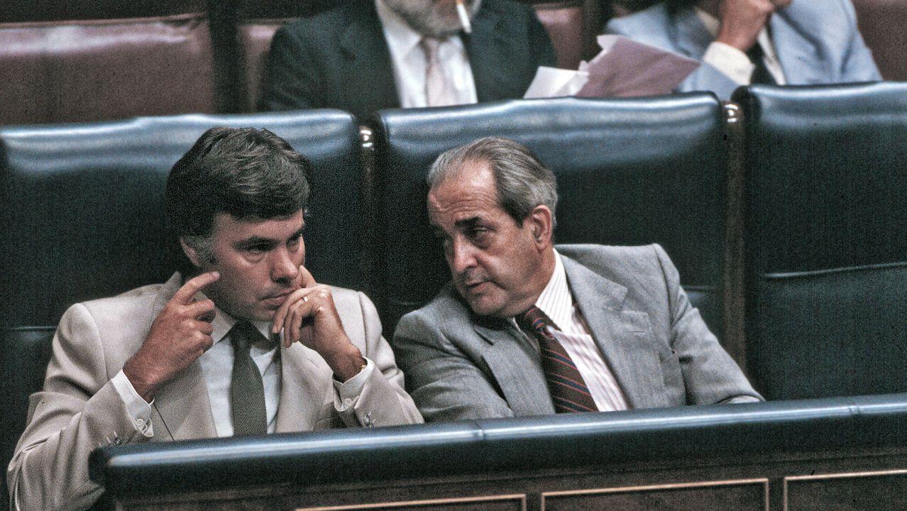Fernando Morán junto a Felipe González en el Congreso en 1998 en la que se debatió la aprobación de la ley del aborto