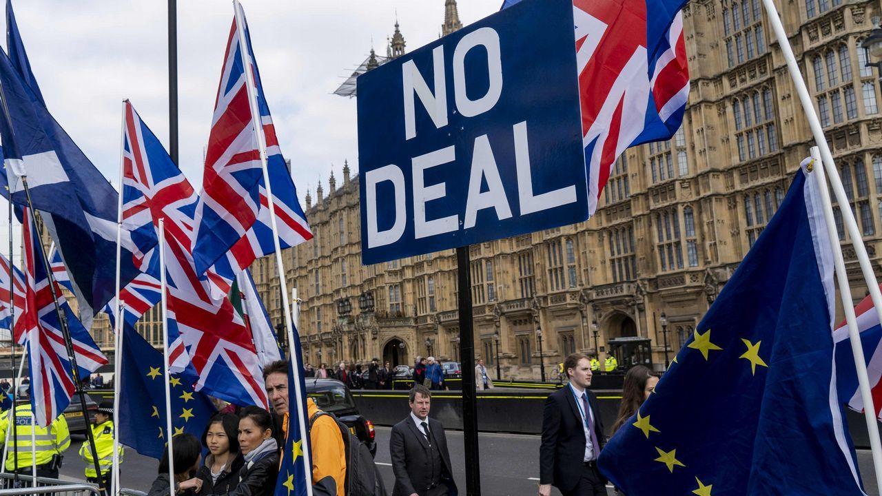 Un manifestante proeuropeo se manifiesta ante el Parlamento británico