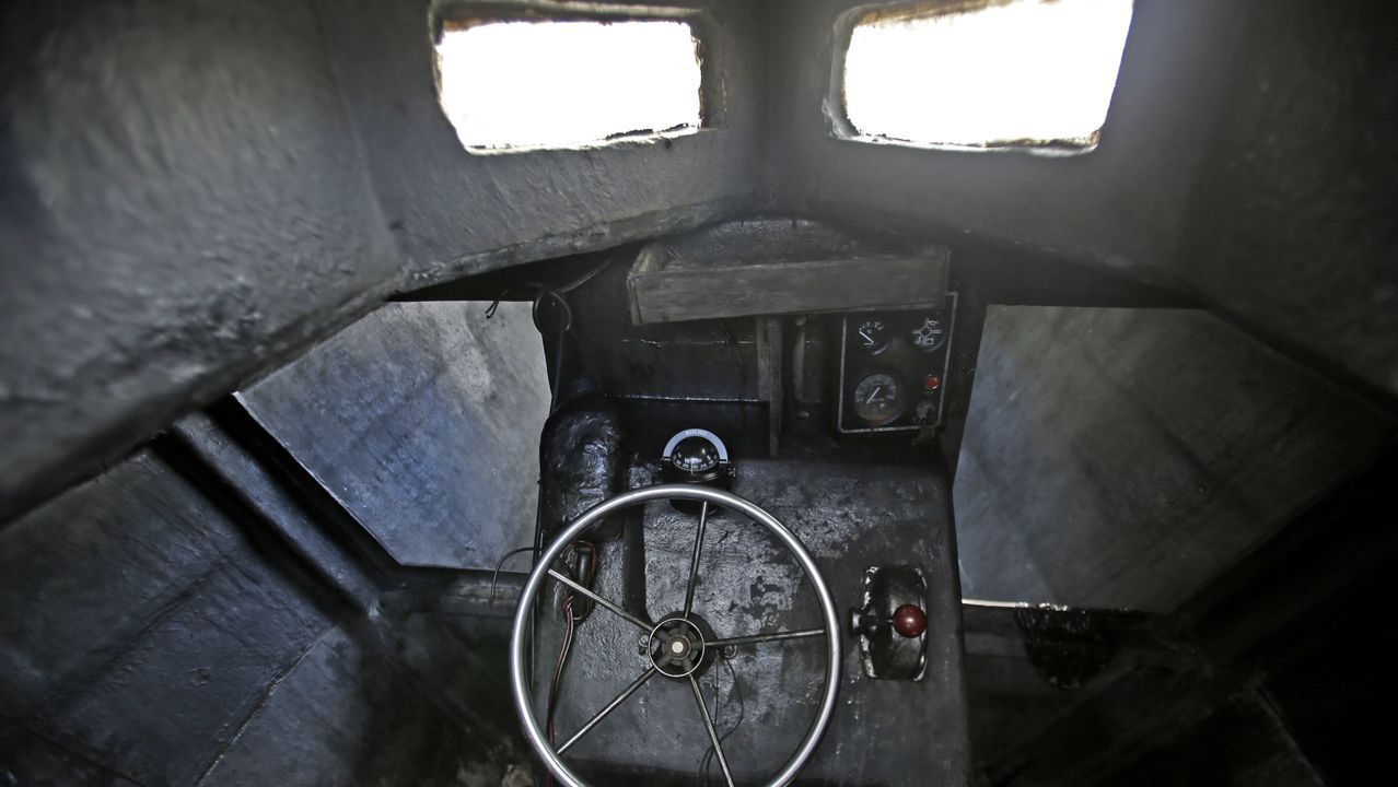 El destartalado interior del narcosubmarino.Puerta de acceso al cuartel de A Pobra do Brollón, que leva unos cinco años abandonado