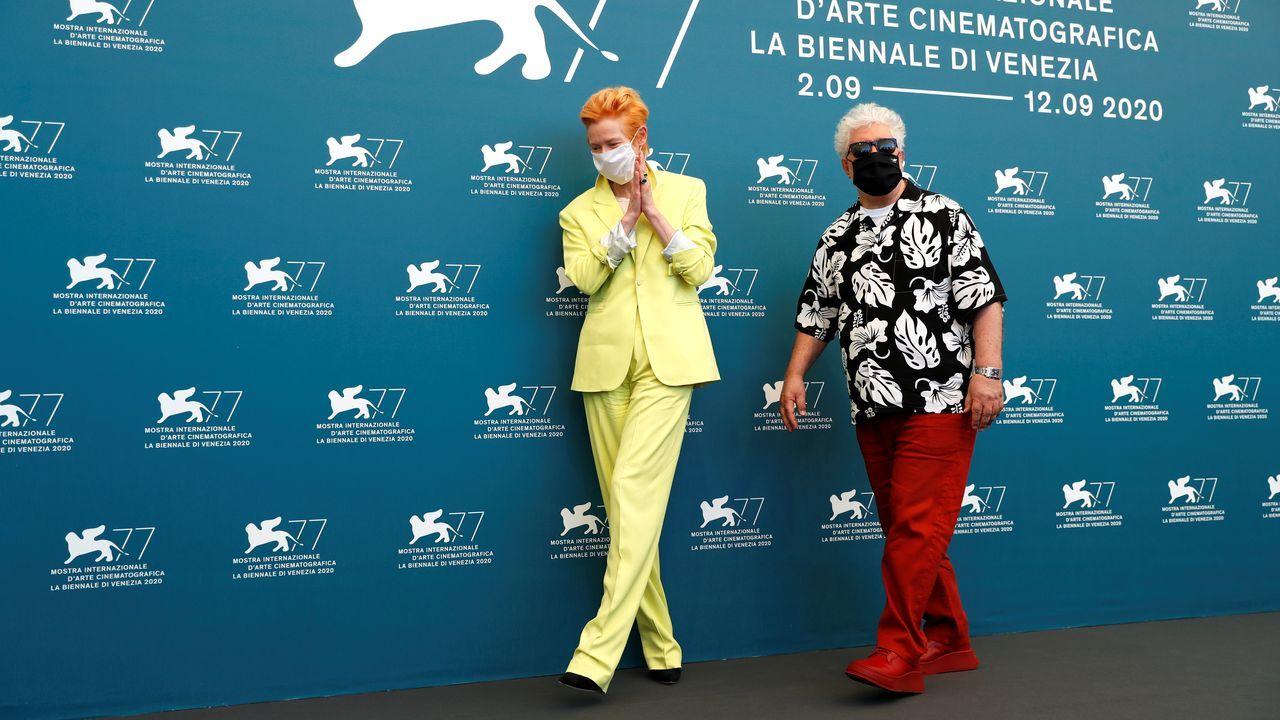 La rifadel avión presidencial mexicano.Tilda Swinton y Pedro Almodóvar, posando este jueves en el festival de cine de Venecia