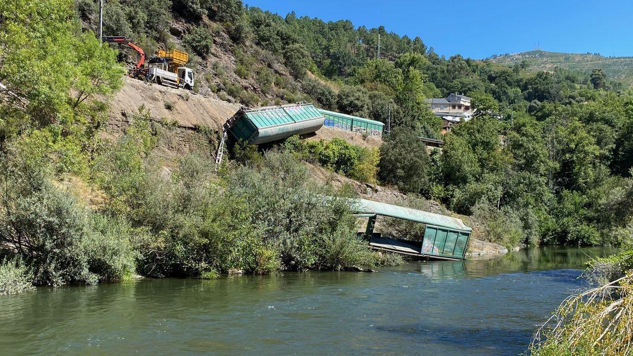 Los dos vagones arrojados a la ribera del Sil