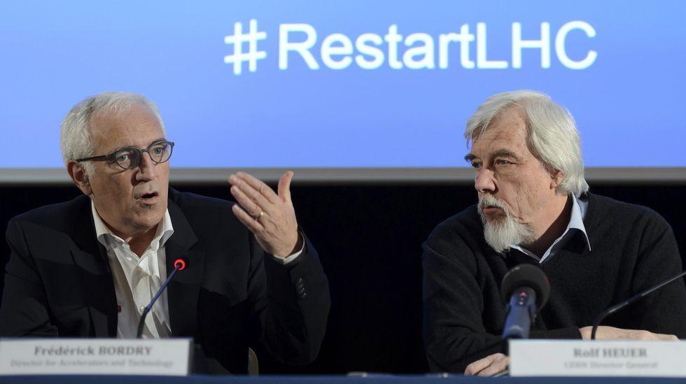 El director de aceleradores del Centro Europeo de Física de Partículas (CERN), Frédérick Bordry, y el director general del mismo centro, Rolf Heuer, durante la rueda de prensa.