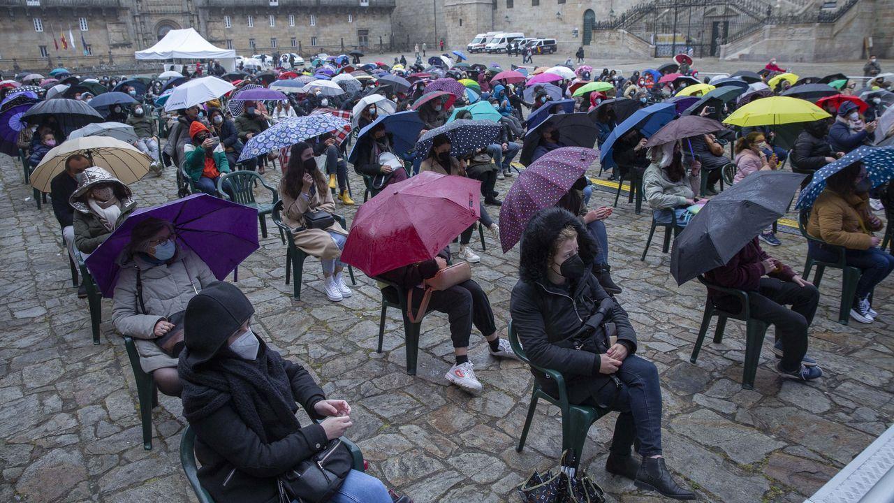 La Ascensión resiste con el paraguas.Estatua de Emilia Pardo Bazán en los jardines de Méndez Núñez