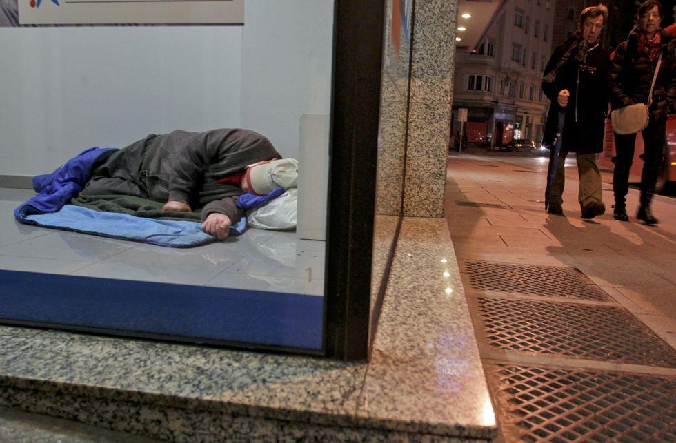 El plan pretende erradicar imágenes como esta, en la que un indigente duerme en un cajero.