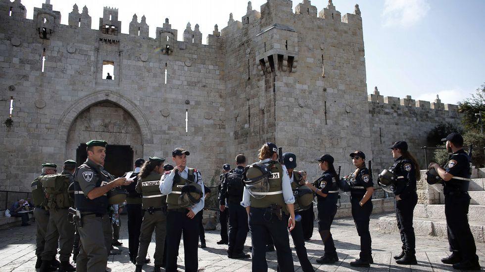 Las fuerzas de seguridad israelíes llegan ante la Puerta de Damasco, en el barrio musulmán de la Ciudad Vieja de Jerusalén.