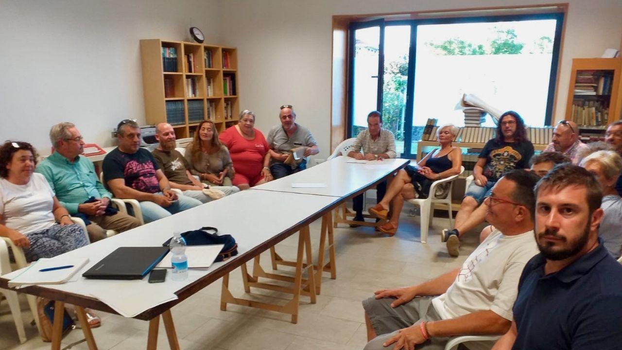 La reunión de los colectivos vecinales y sociales de la zona oeste, ayer, en Jove. Contaminación. Gijón.La reunión de los colectivos vecinales y sociales de la zona oeste,  ayer, en  Jove