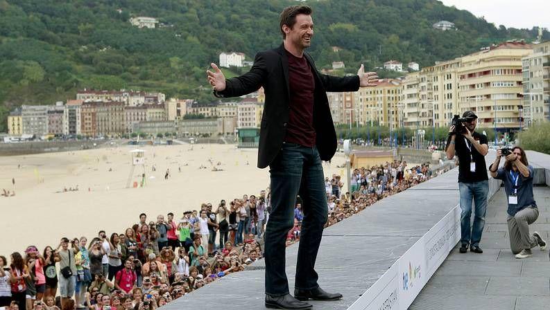 Actores atractivos.Hugh Jackman, acosado por sus fans al llegar a la sede del Festival de San Sebastián.