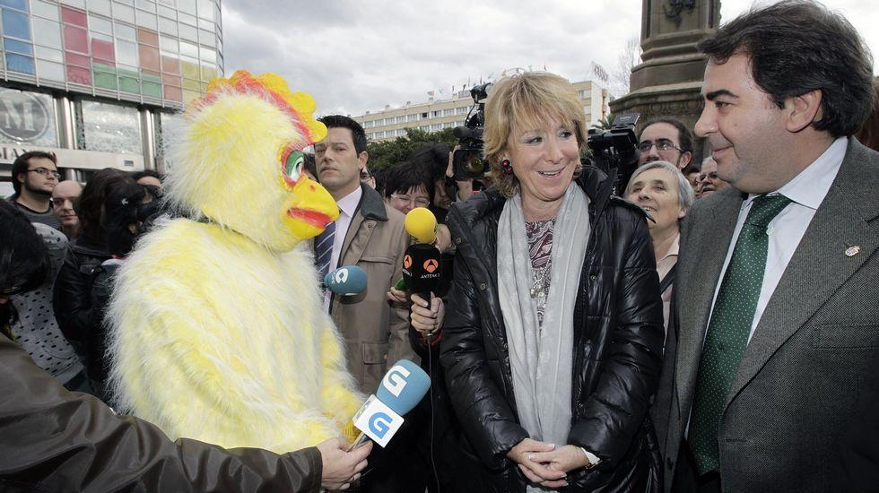 En una visita a A Coruña, junto a un pollo indignado que protestaba por los recortes.