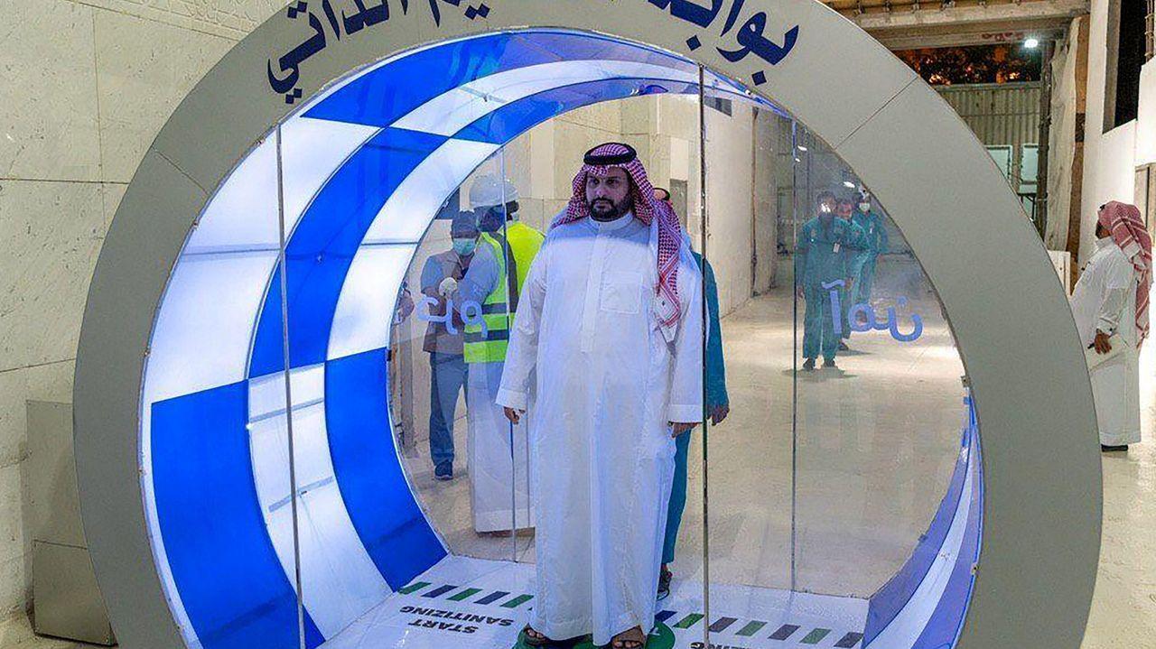 Un hombre saudí entra en una nueva puerta de autoesterilización en la Gran Mezquita de La Meca