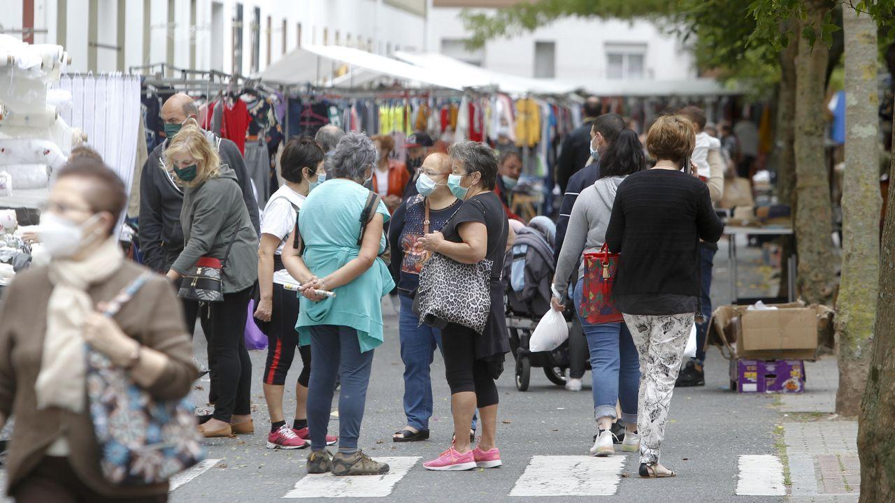 El mercadillo semanal ha vuelto a llenar de vida el barrio de Recimil, donde clientes y vendedores deben usar la mascarilla y guardar la distancia de seguridad