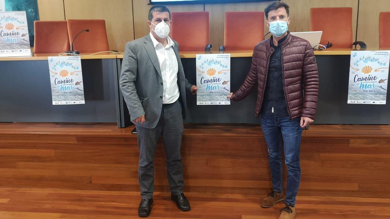El presidente de la Asociación Amigos do Camiño do Mar Peregrinación a Santiago de Compostela y el teniente de alcalde de Ortigueira, que acudió a la presentación del viernes en Burela