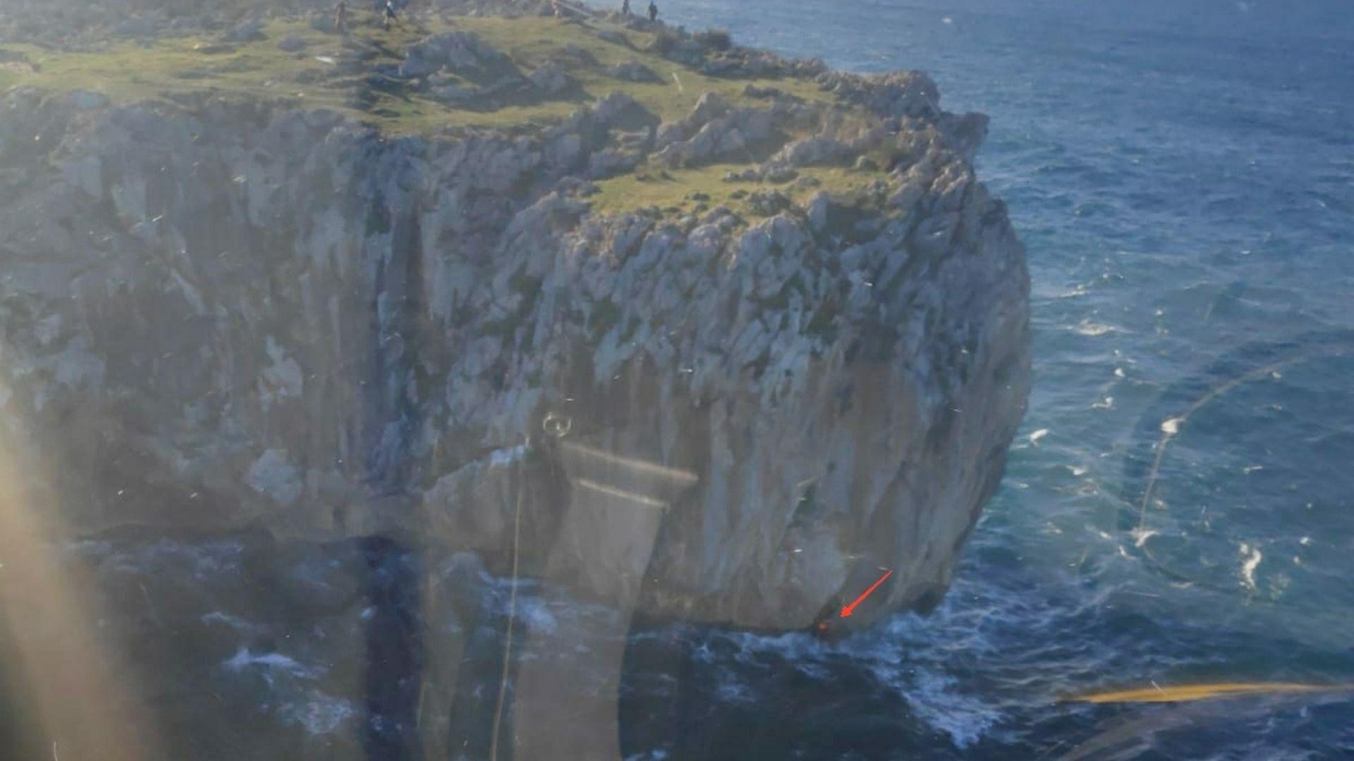 La flecha indica el lugar en el que se encontraba la persona rescatada en Llanes