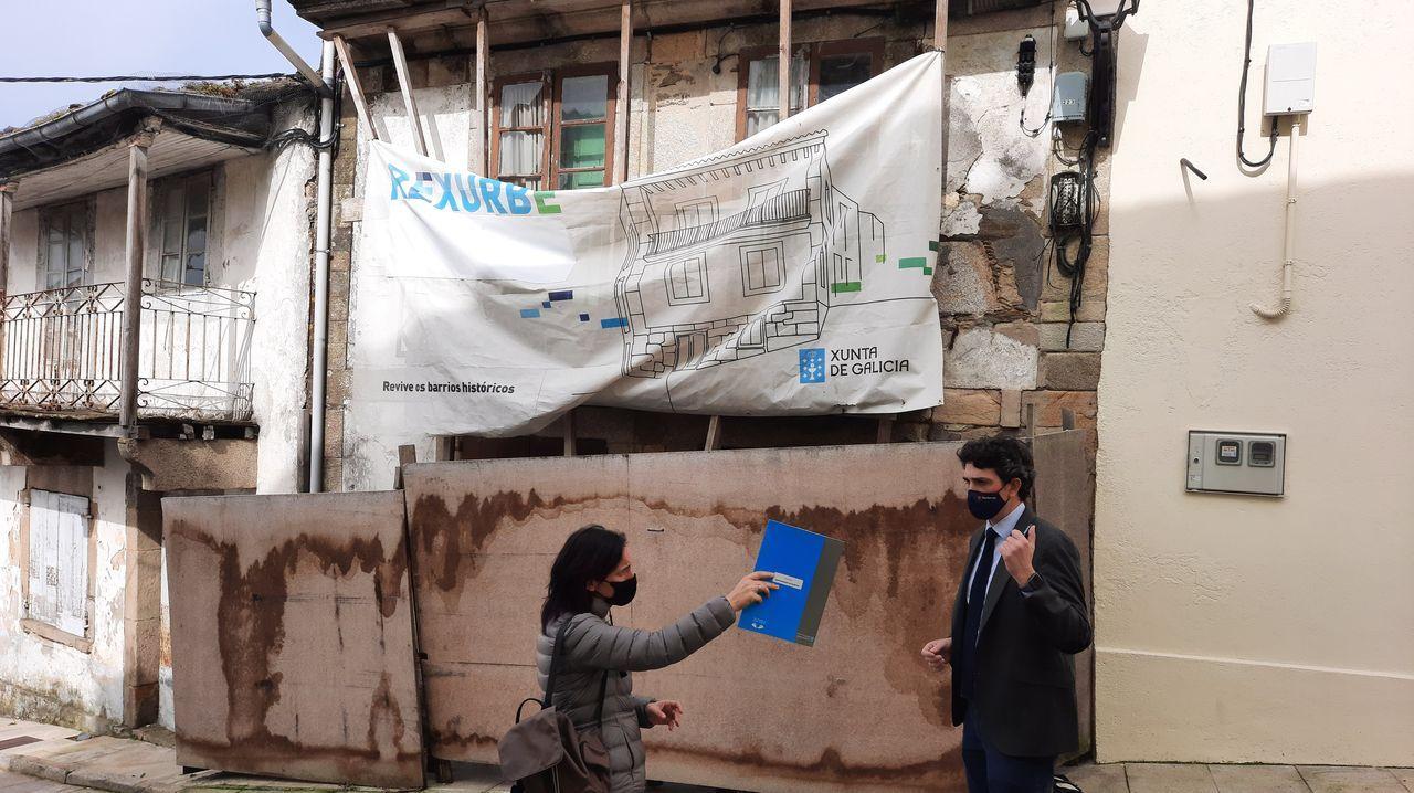 Javier Arias ante un dos edificios a restaurar de Vilalba