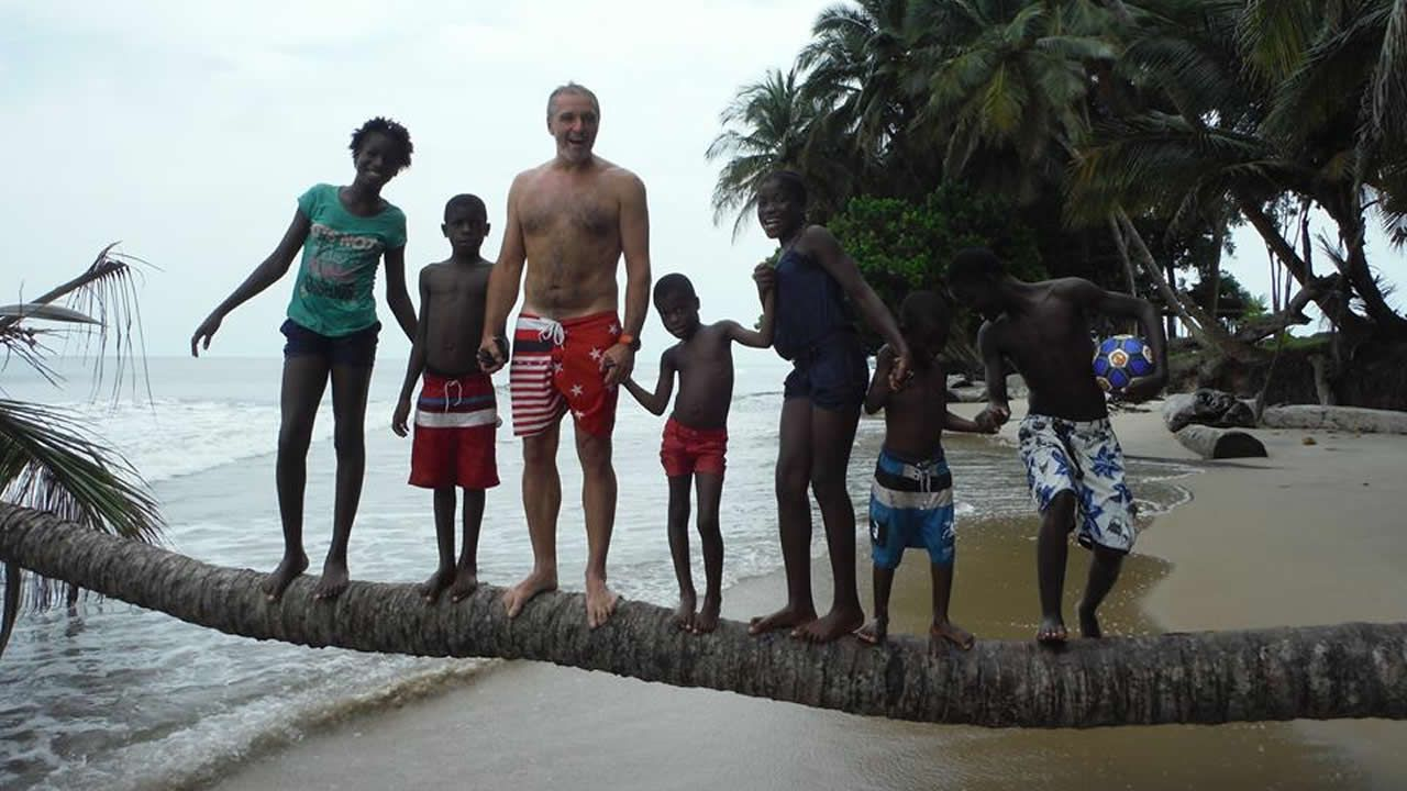 La emigración reclama que se cumpla ya la promesa de revocar el voto rogado.El ferrolano José Ignacio Ruano en la playa de Biavide, de Guinea Ecuatorial, junto a su «familia» africana