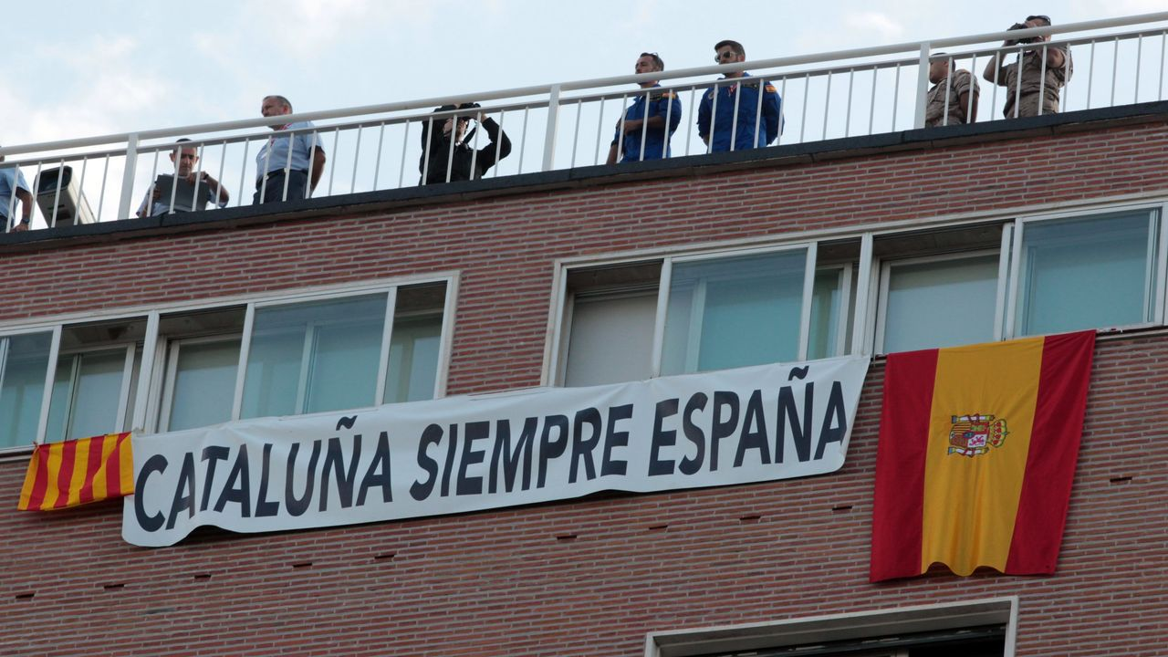 El conflicto catalán. En el desfile de la fiesta nacional del año 2017 tomaron protagonismo las banderas en contra del desafío independentista de Cataluña