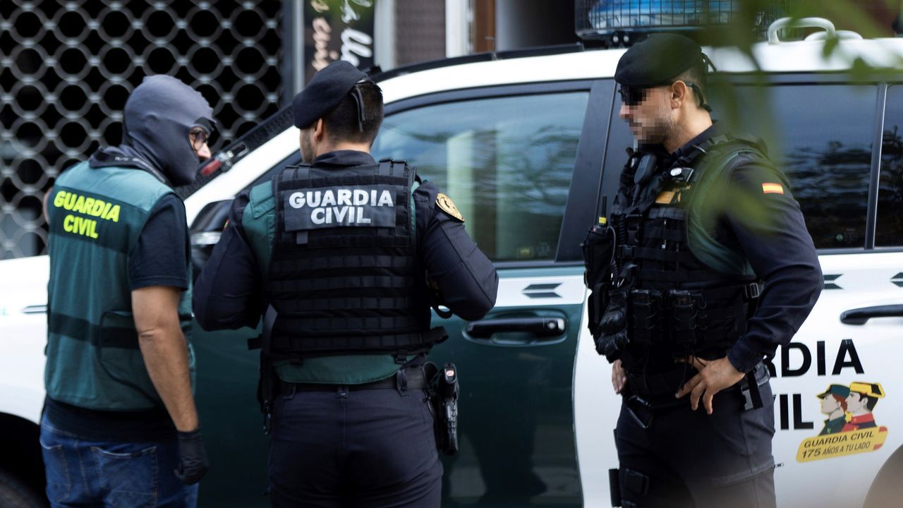 Detenidos nueve miembros de los CDR con planes para atentar.Íñigo Errejón escucha a Daniel Ripa en Gijón