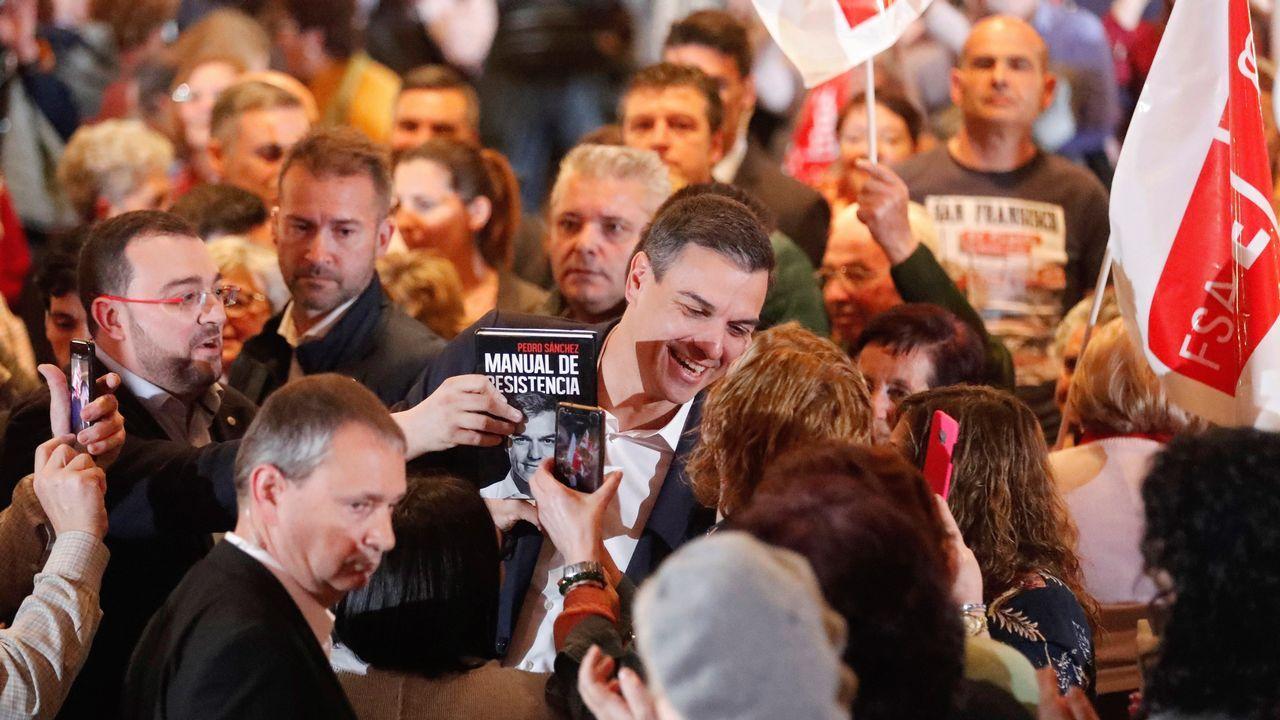 El presidente del Gobierno, Pedro Sánchez (c), durante el mitin celebrado en Gijón