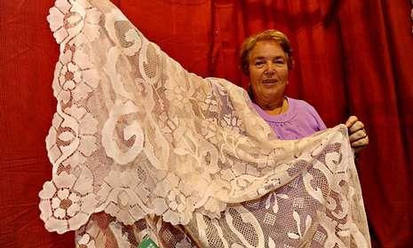 Exposición sobre las Fuerzas Armadas.Amalia Vigo exhibe la mantilla de seda que puede adquirirse por 7.000 euros.