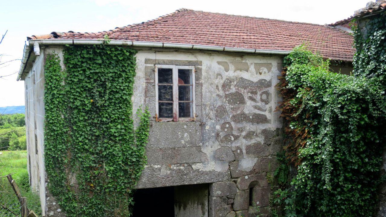 Esgrafiados ya borrosos en un edificio de Pradeda, en el municipio de Carballedo