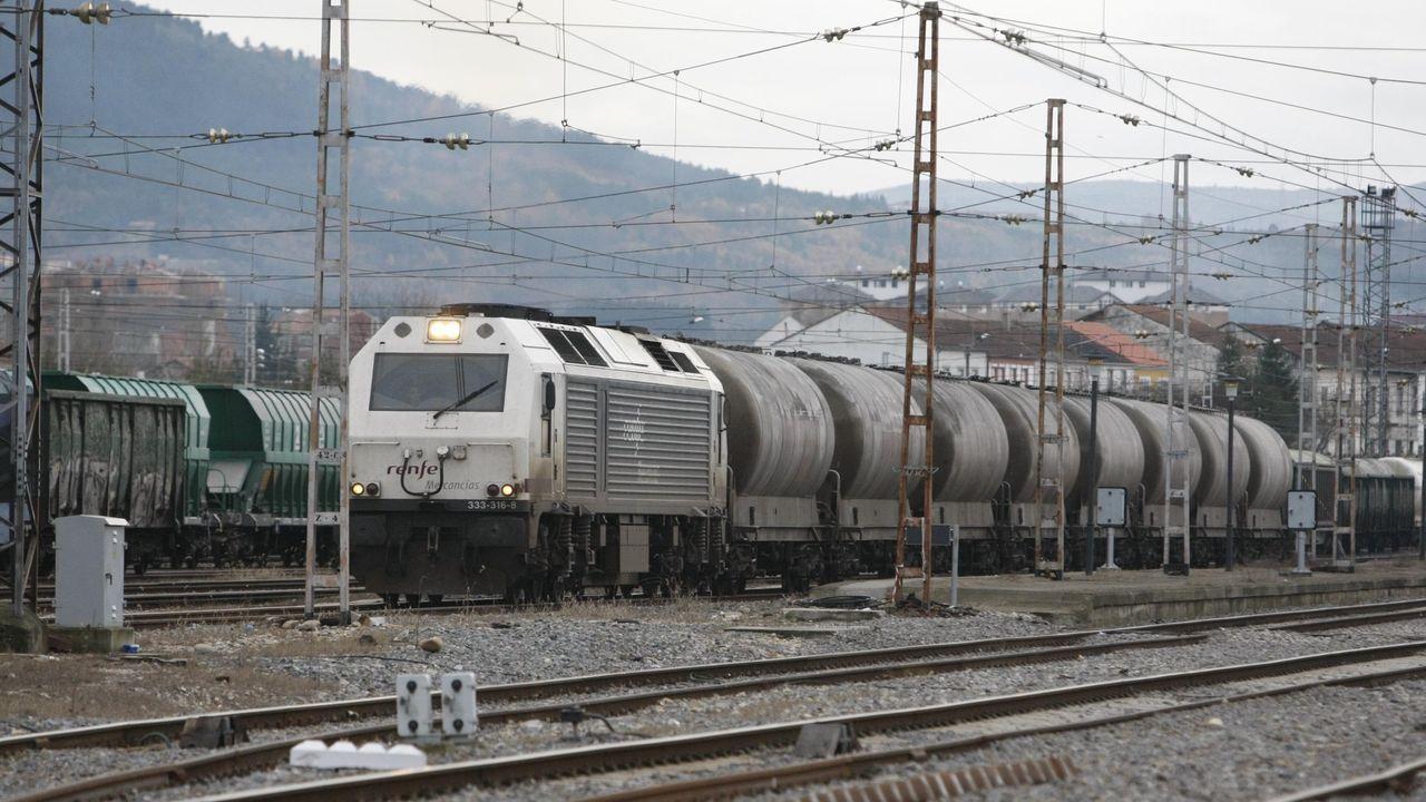 Un tren de mercancías saliendo de la estación de Monforte, en una imagen de archivo