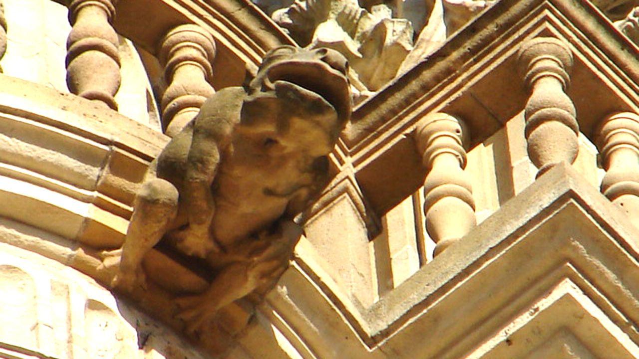 Una gárgola con aspecto de rana que se toca los genitales. Las figuras burlonas pretenden atemorizar a los fieles sobre el pecado o simplemente representar al demonio. Catedral de Oviedo