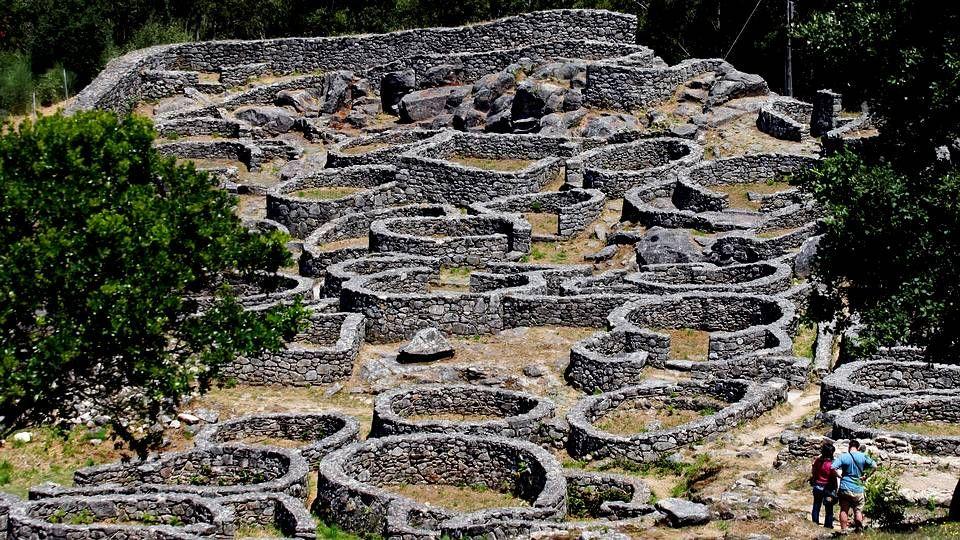 Monte de Santa Tegra.Remontado el río, los peregrinos visitan el Monte de Santa Tegra, inigualable atalaya sobre la costa con un magnífico poblado celta, declarado monumento histórico-artístico y considerado como una de las aldeas prehistóricas más espectaculares de Galicia.