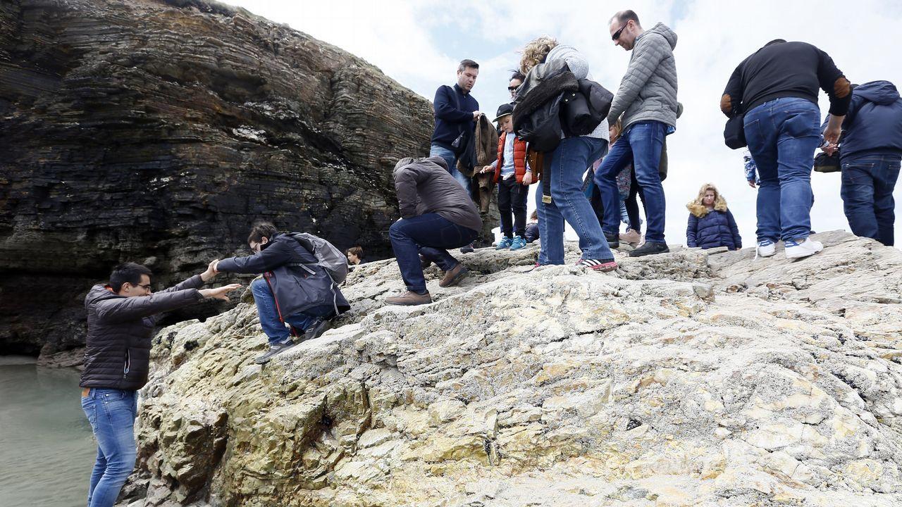 «Yo sí que entraría en las cuevas».Los visitantes volvieron ayer a la playa de As Catedrais, pero no pudieron acceder a las grutas
