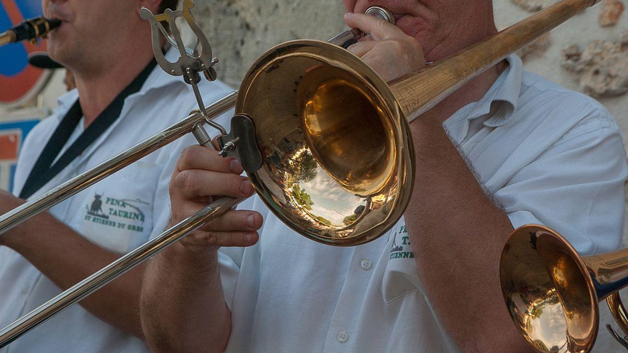 «A algunos que vienen y nos conocen les oímos decir '¡pero si son normales!'».Un músico toca el trombón