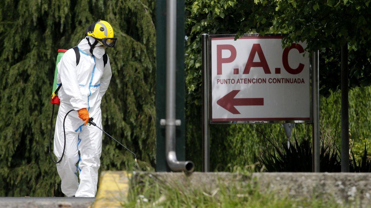 Trabajos de desinfección en el exterior del hospital, en una imagen de archivo