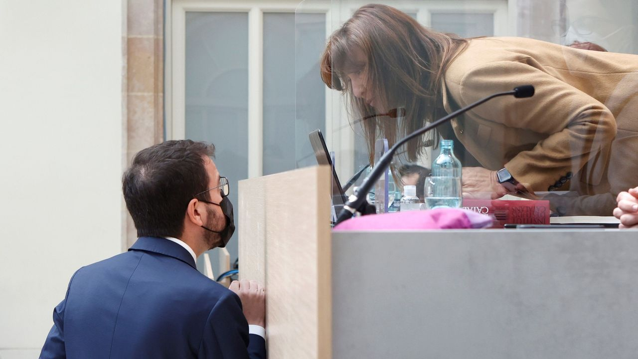 Pere Aragonès conversa con la presidenta del Parlamento catalán, Laura Borràs