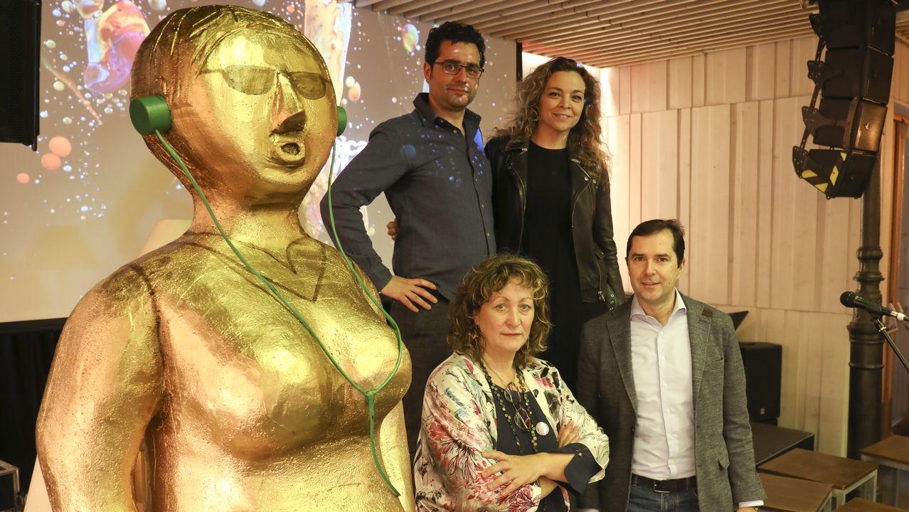 Los escolares dan la bienvenida al entroido en Santiago y Negreira.El compositor de origen gallego Marcos Fernández-Barrero