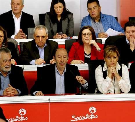 Máxima tensión en Ferraz.Rubalcaba sacó adelante su propuesta sobre las primarias con solo dos abstenciones.