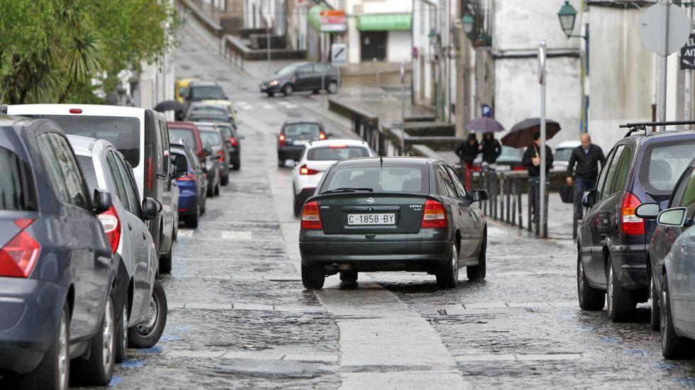 Las principales inversiones en Santiago hasta el 2020.Los operarios de Espina&Delfín se afanaban ayer para intentar detectar la causa de la avería.