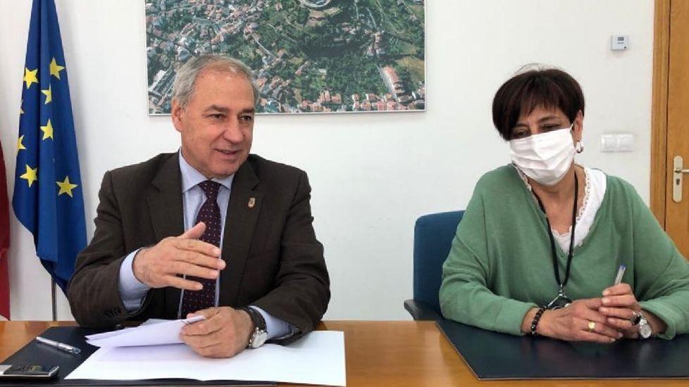 La concejala de Réxime Interno, Gloria Prada, junto al alcalde, en una rueda de prensa