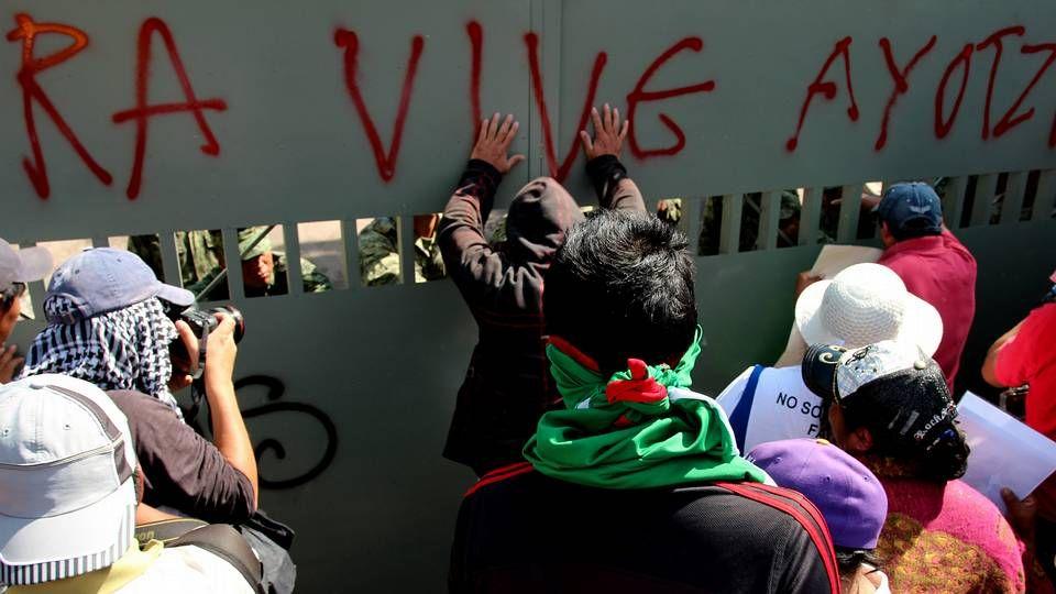Manifestantes mexicanos protestan frente al hotel donde se hospeda Peña Nieto.