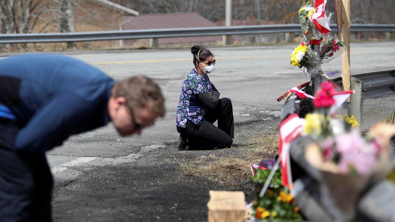 Flores y peluches en el lugar donde fue asesinada una agente de la Policía Montada por el atacante