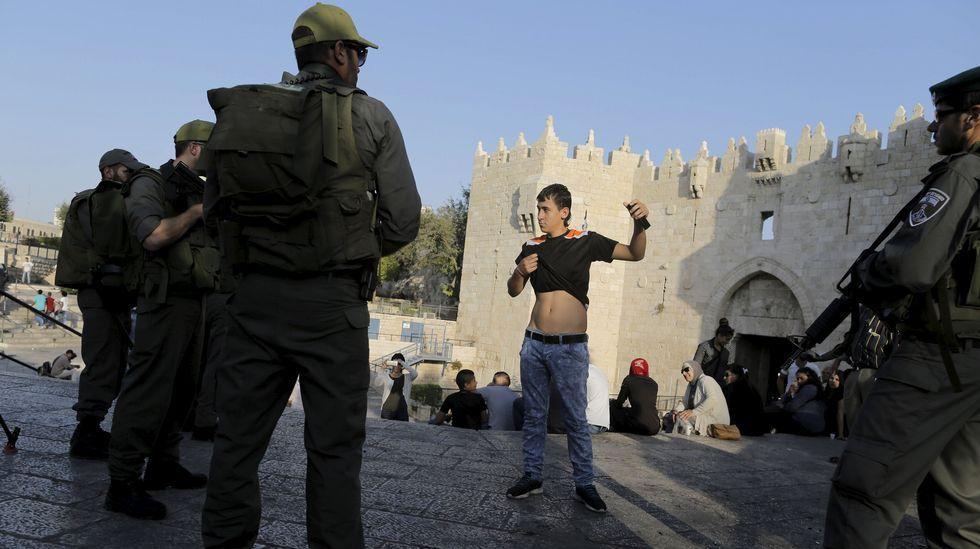Último adiós a Simon Peres.La policía cachea a un joven palestino en Jerusalén