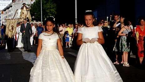 Dos niñas que celebraron su Primera Comunión acompañaron también al santo.