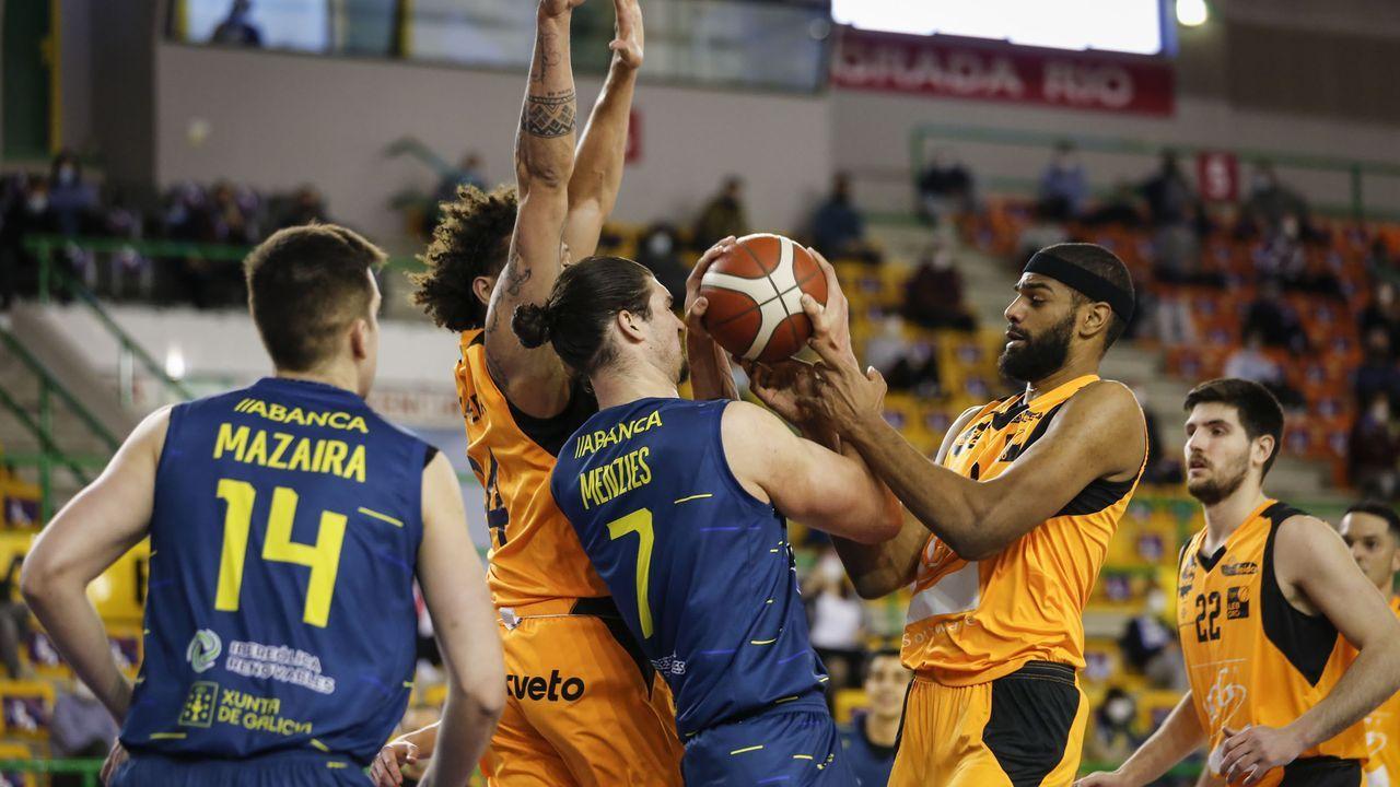 Las imágenes del Real Murcia-COB.Menzies lucha por un balón en el partido COB-Lleida